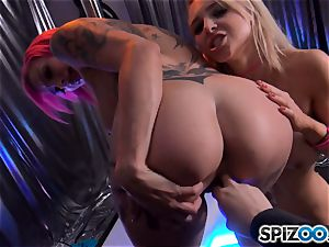 Alix Lynx and Anna Bell Peaks doing their thing at the unclothe club