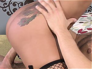skin Diamond's fuck-fest drive fueled by his tongue in her gash